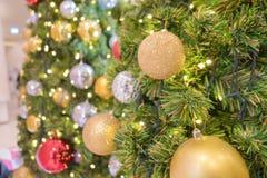 Decoración del día de fiesta del árbol de navidad, primer de un árbol de navidad adornado para el fondo Fotografía de archivo