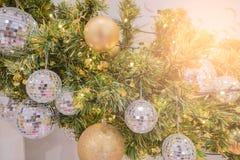 Decoración del día de fiesta del árbol de navidad, primer de un árbol de navidad adornado para el fondo Fotos de archivo