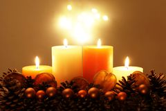 Decoración del día de fiesta con las velas foto de archivo