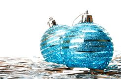 Decoración del día de fiesta de la Navidad con la bola azul imagen de archivo