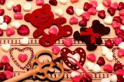 Decoración del día de tarjetas del día de San Valentín del santo, oso, corazón, llave, caramelo Foto de archivo