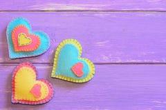 Decoración del día de tarjetas del día de San Valentín Decoración hermosa del corazón del fieltro en un fondo de madera con el es Fotografía de archivo