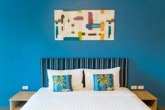 Decoración del dormitorio con el marco en fondo azul Imágenes de archivo libres de regalías