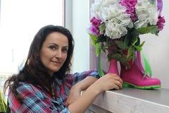 Decoración del elemento Botas de goma y flores de la hortensia fotos de archivo libres de regalías