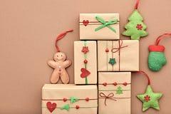 Decoración del fondo del Año Nuevo Cajas de regalo del diseño Imagen de archivo