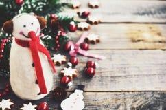 Decoración del invierno con el muñeco de nieve, el árbol de navidad y las galletas Imagen de archivo libre de regalías