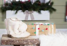 Decoración del invierno con la bota de nieve blanca y la actual caja Foto de archivo libre de regalías