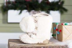 Decoración del invierno con la bota de nieve blanca y la actual caja Imagenes de archivo