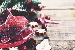 Decoración del invierno con las galletas rojas de la estrella, del muñeco de nieve y del pan de jengibre Fotografía de archivo