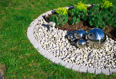 Decoración del jardín con las esferas de plata del espejo Imagen de archivo libre de regalías