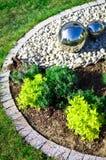 Decoración del jardín con las esferas de plata del espejo Foto de archivo libre de regalías