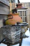 Decoración del jardín con nieve Fotos de archivo