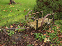 Decoración del jardín en carro viejo Imágenes de archivo libres de regalías