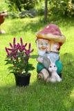 Decoración del jardín, gnomo del jardín, el gnomo fuera de la arcilla Foto de archivo