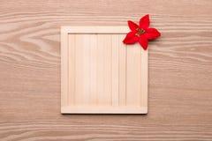 Decoración del marco de madera y de la Navidad con el lugar para su texto y palmatoria Fotografía de archivo libre de regalías
