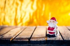 Decoración del ornamento de la Navidad con el color retro efectuado fotos de archivo