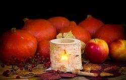 Decoración del otoño con la vela, calabaza Foto de archivo