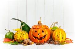 Decoración del otoño de Halloween del día de fiesta con las calabazas de la Jack-o-linterna Imagenes de archivo