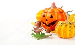 Decoración del otoño de Halloween del día de fiesta con las calabazas de la Jack-o-linterna Foto de archivo