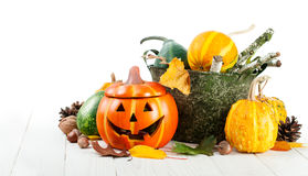 Decoración del otoño de Halloween del día de fiesta con las calabazas de la Jack-o-linterna Imágenes de archivo libres de regalías