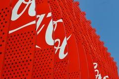 Decoración del pabellón de la Coca-Cola con imágenes de madera calificadas de las botellas rojas de la Coca-Cola fotos de archivo