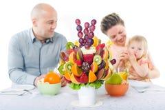 Decoración del ramo de la fruta en la mesa de comedor Imágenes de archivo libres de regalías