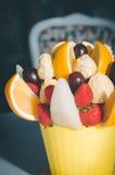 Decoración del ramo de la fruta en la mesa de comedor Fotografía de archivo libre de regalías
