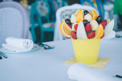 Decoración del ramo de la fruta en la mesa de comedor Imagenes de archivo