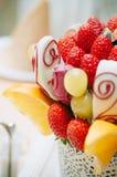 Decoración del ramo de la fruta en la mesa de comedor Fotografía de archivo