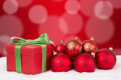 Decoración del regalo de la tarjeta de Navidad con las bolas rojas Fotografía de archivo libre de regalías