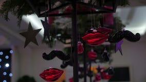 Decoración del restaurante, tabla de la Navidad de banquete con la decoración, decoración del pasillo del banquete, vídeo almacen de metraje de vídeo