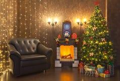 Decoración del ` s del Año Nuevo del interior de la sala de estar con una chimenea y una butaca de cuero Foto de archivo