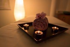 Decoración del salón de belleza en sitio, velas, toalla y orquídea del masaje Imágenes de archivo libres de regalías