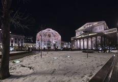 Decoración del teatro de Bolshoi a los días de fiesta de la Navidad y del Año Nuevo en la noche Moscú, Rusia Foto de archivo libre de regalías