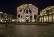 Decoración del teatro de Bolshoi a los días de fiesta de la Navidad y del Año Nuevo en la noche Moscú, Rusia Imagenes de archivo