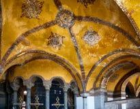 Decoración del techo con la cruz cristiana original en el interior Imagen de archivo