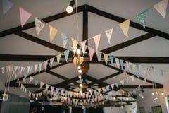 Decoración del techo con las banderas y las bombillas de papel Fotos de archivo libres de regalías