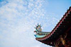 Decoración del tejado de la pagoda con el cielo azul imagen de archivo