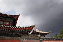 Decoración del tejado en un templo budista Fotos de archivo libres de regalías