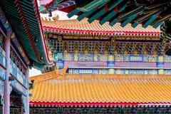 Decoración del tejado y de la pared de un templo chino Foto de archivo
