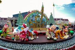 Decoración del tema de la Navidad del ` s de Disney en la entrada principal de Tokio Disneyland foto de archivo libre de regalías
