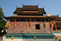 Detalle la decoración del templo de la correa de Wat Xieng en Luang Prabang. Imagenes de archivo