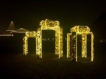 Decoración del tiempo de la Navidad en ciudad vieja cerca del castillo en la noche fotos de archivo