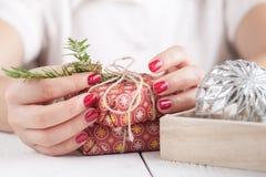 Decoración del tiempo de la Navidad en mano femenina Fotos de archivo libres de regalías