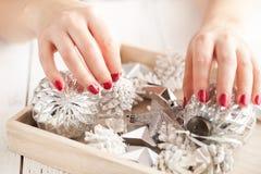 Decoración del tiempo de la Navidad en mano femenina Fotografía de archivo libre de regalías