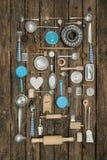 Decoración del vintage del equipo antiguo de la cocina con los cubiertos y Imágenes de archivo libres de regalías