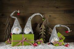 Decoración divertida de la Navidad con santa y las RRPP verdes y rojas Fotos de archivo