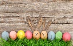 Decoración divertida de los días de fiesta de los conejitos de los huevos de Pascua Foto de archivo