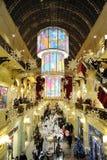 Decoración e iluminación de la Navidad dentro de la tienda de la GOMA Imagenes de archivo