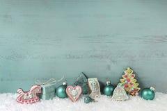 Decoración elegante lamentable de la Navidad en turquesa en backgrou de madera Foto de archivo